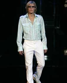 Chemise vert d eau en voile de coton, 380 € et pantalon blanc taille basse,  385 €. Lunettes de soleil à montures métal, 170 €. f106b70b8b1